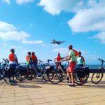 Acogedora foto de grupo en el aeropuerto de Arrecife, ilustración contacto Bike Sensations