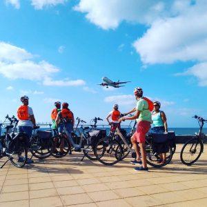 Gezellige groeps foto bij vliegveld Arrecife, illustratie contact Bike Sensations